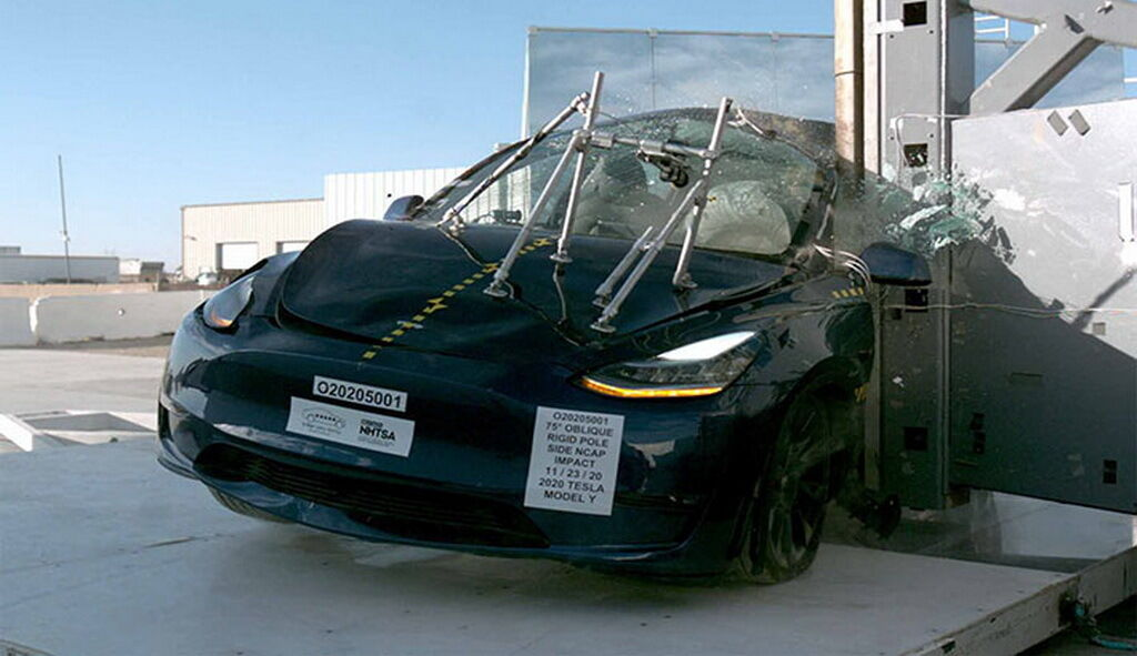 Перший тест імітував лобове зіткнення на швидкості 56 км/год з аналогічним автомобілем
