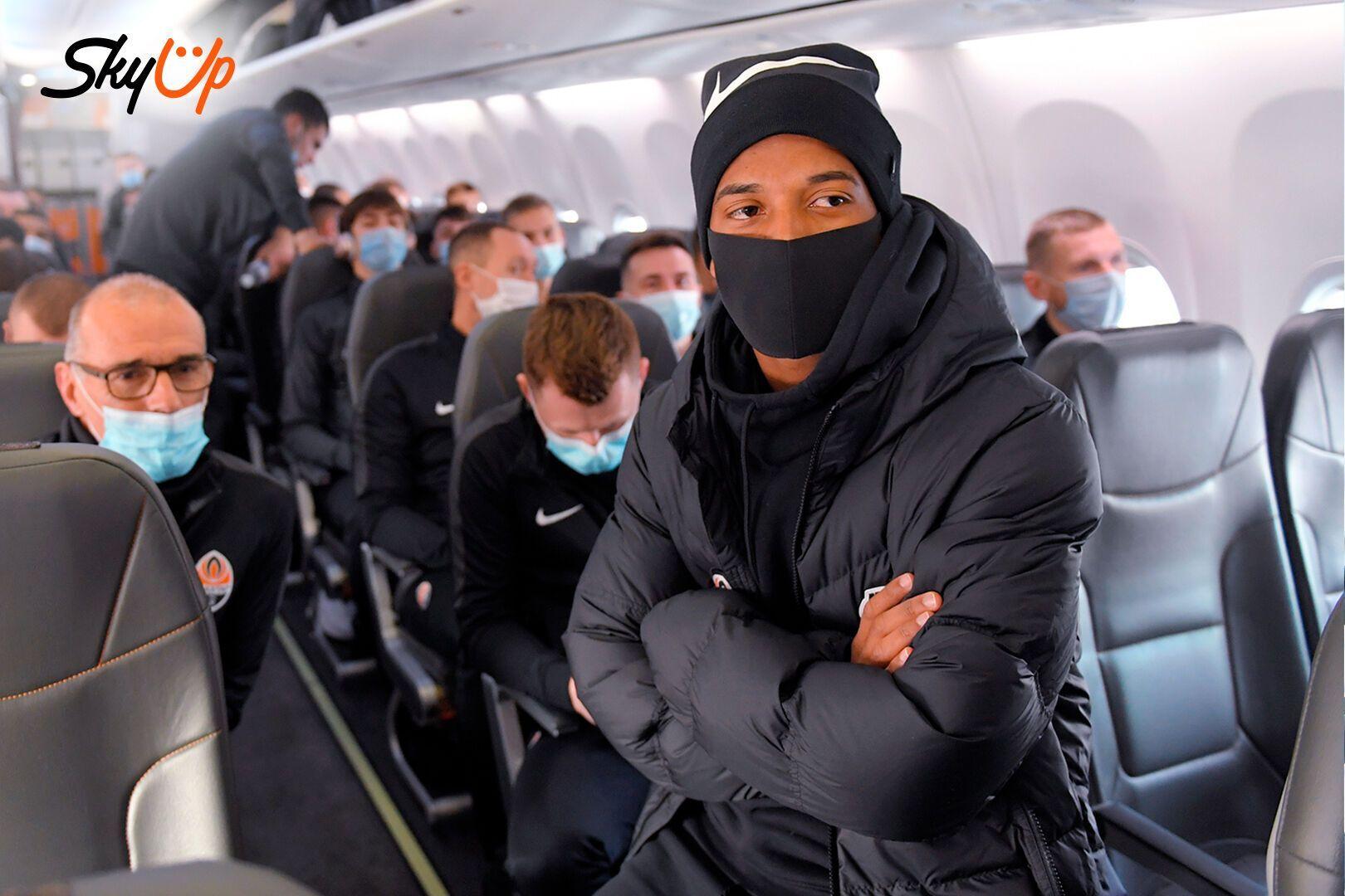 """Футболісти """"Шахтаря"""" в літаку"""
