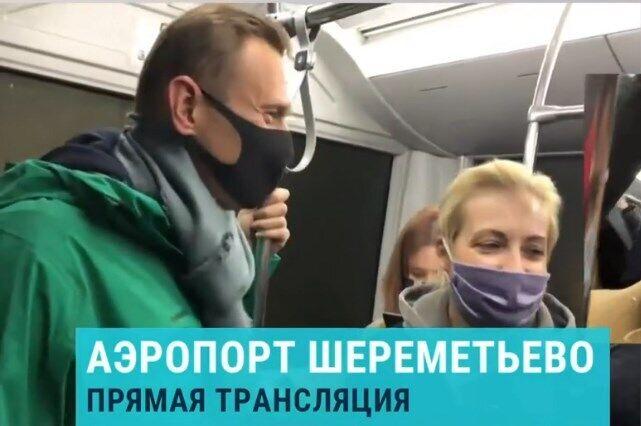 Навальний в автобусі їде до терміналу.