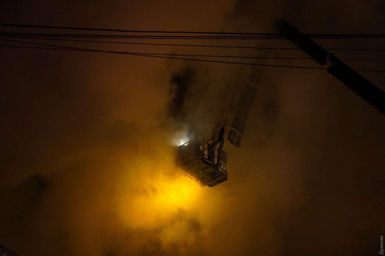 Пожежники гасили вогонь зверху