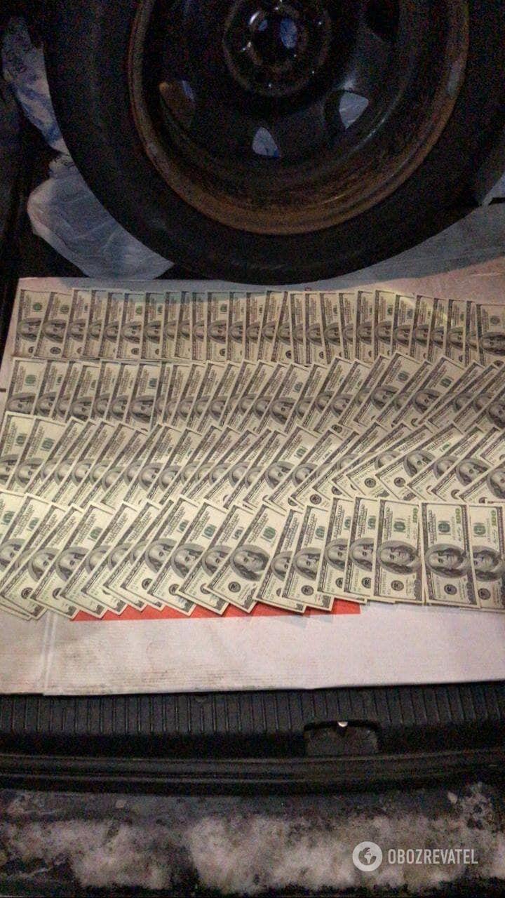Правоохранителей задержали на взятке в $10 тысяч