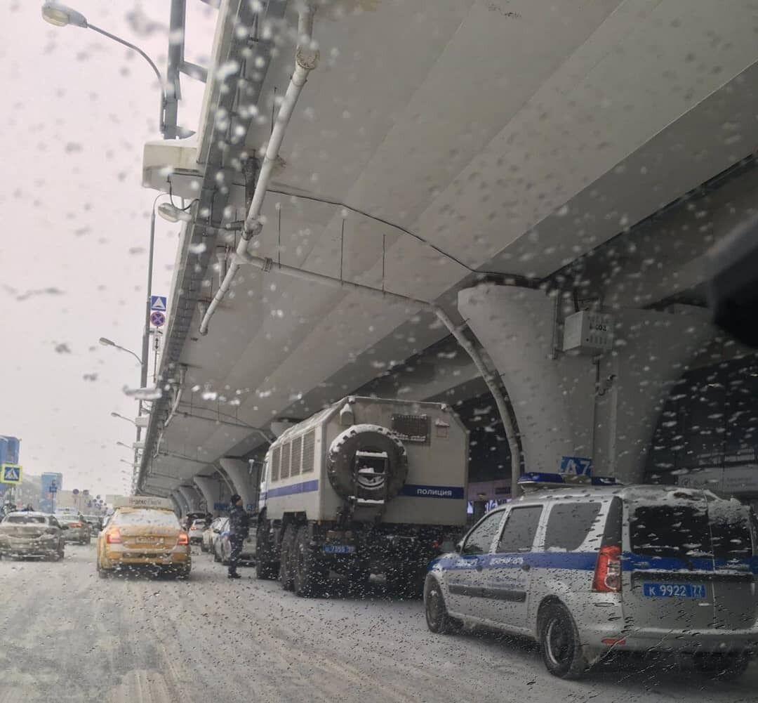 В аэропорт Внуково пригнали автозаки ОМОНа