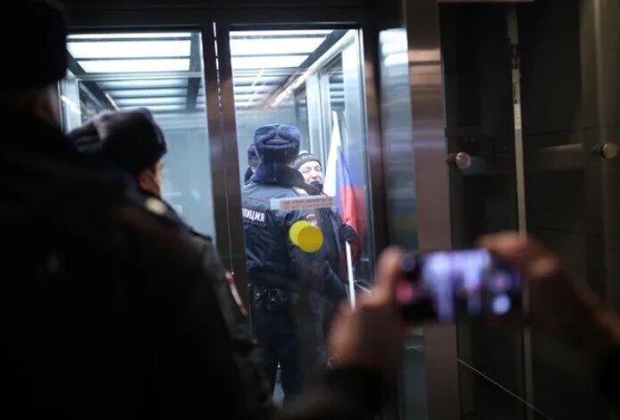 Затримали чоловіка з прапором РФ.