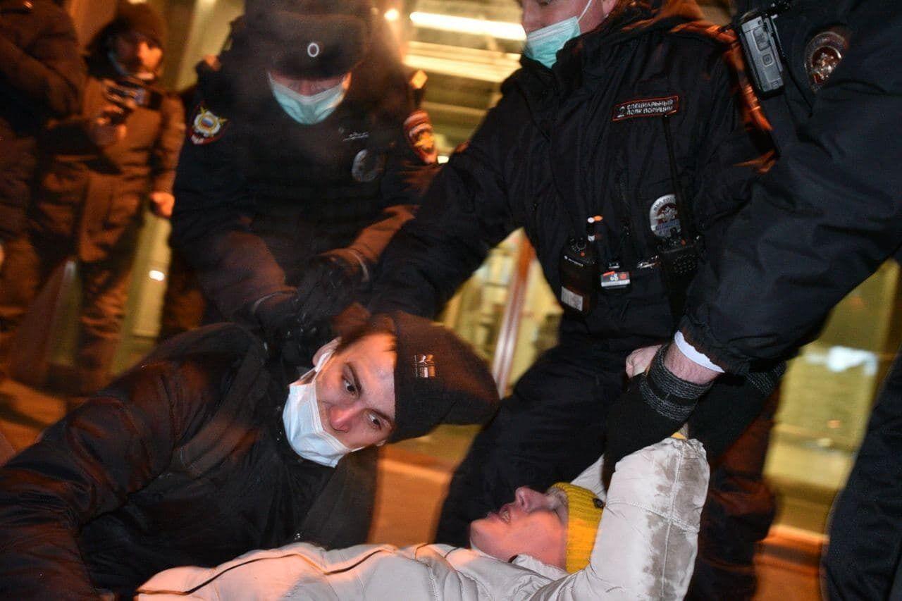 """Силовики затримали людей біля """"Внуково""""."""