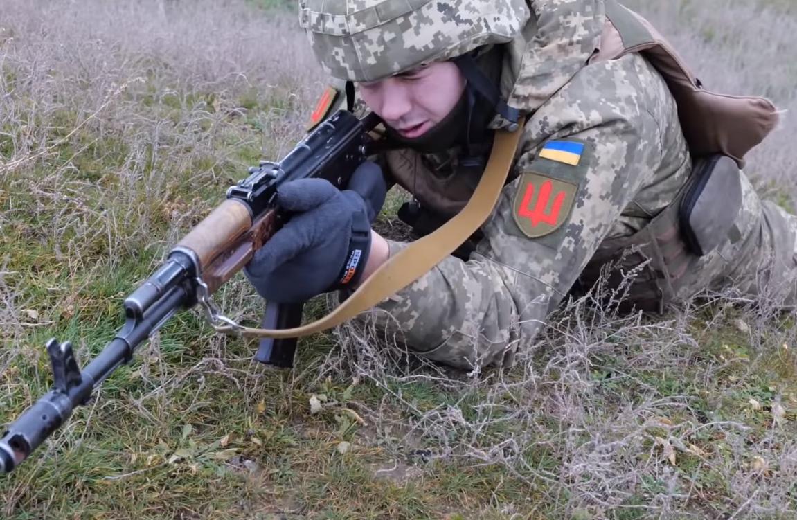 Воїн ЗСУ стріляє на навчаннях