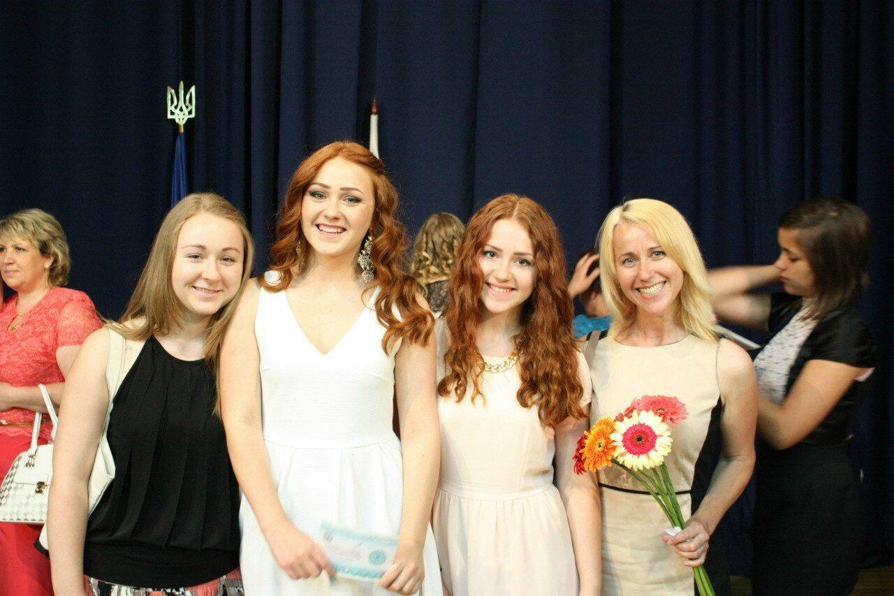Анна (ліворуч) з мамою й сестрами