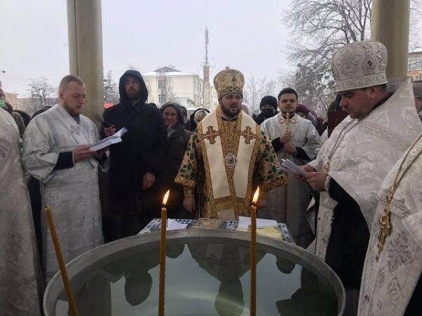 Священнослужителі Покровського собору освятили воду у Рівному