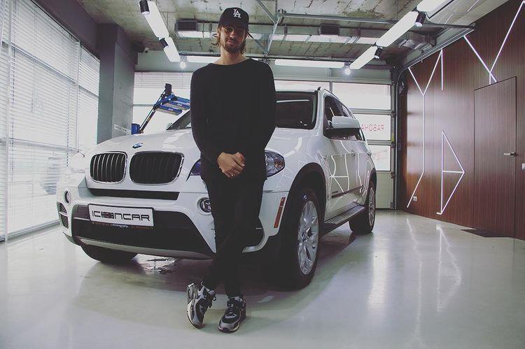 Владимир Дантес иногда ездит на BMW своей жены Нади Дорофеевой, но сам имеет скромный Hyundai Tucson.