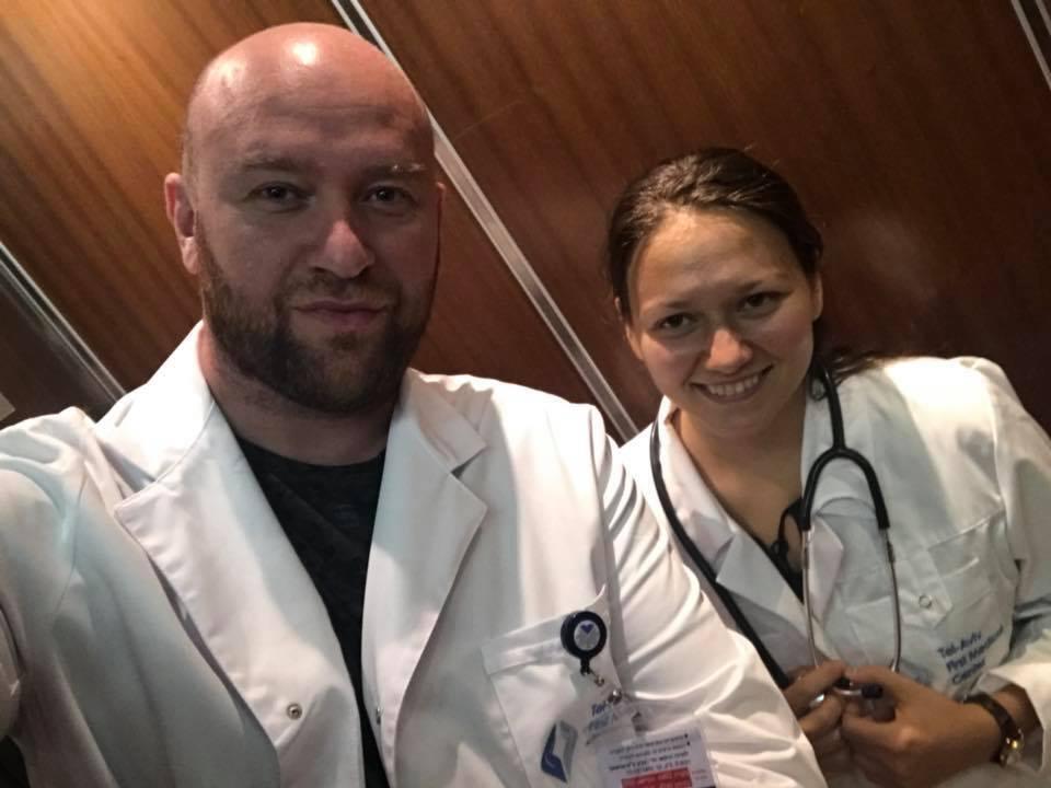 Роман Гольдман любит облачаться в белый халат врача