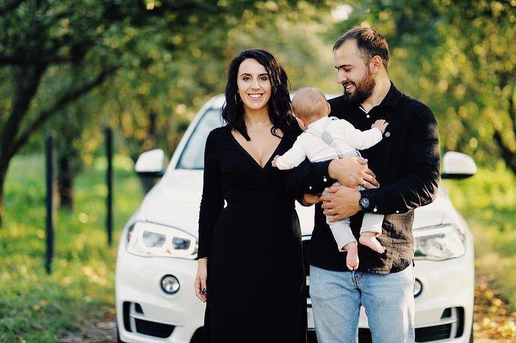 Семейное фото на фоне BMW.