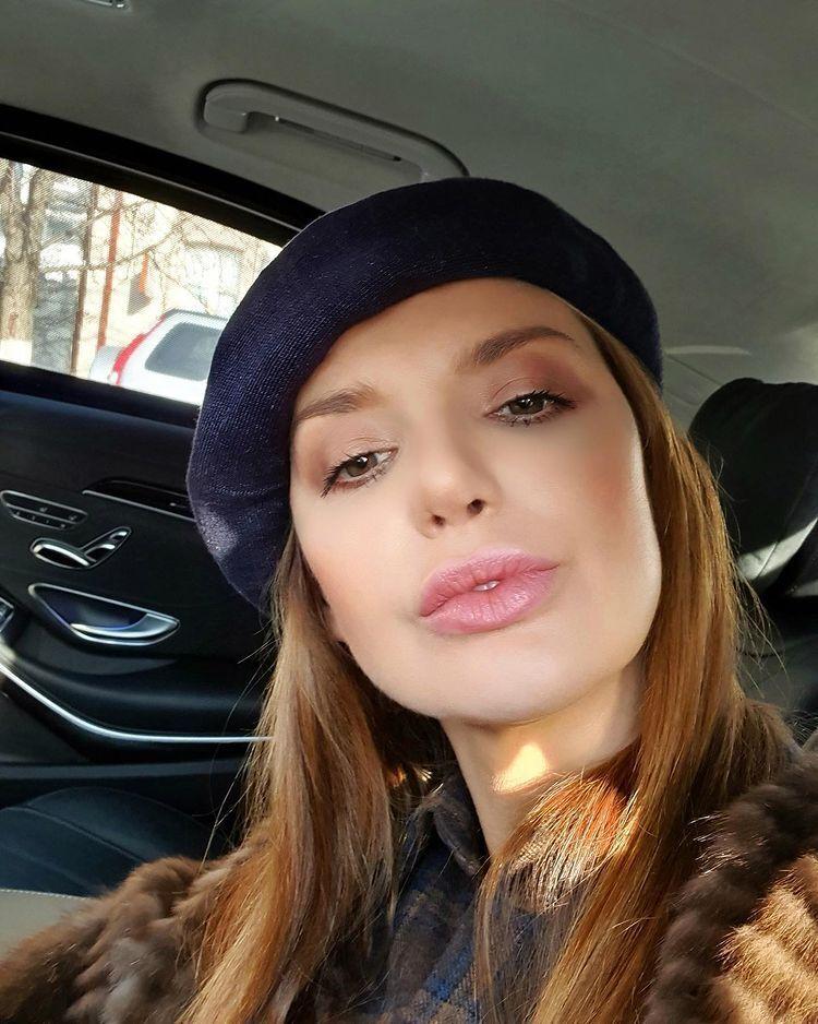 Оксана Марченко в одном из своих Mercedes-Benz.