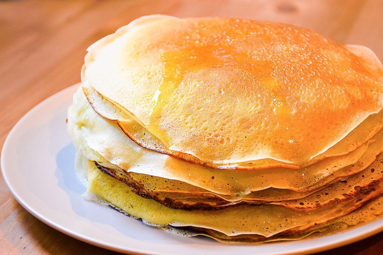 Одна з традиційних страв Масляної – млинці, які символізують сонце