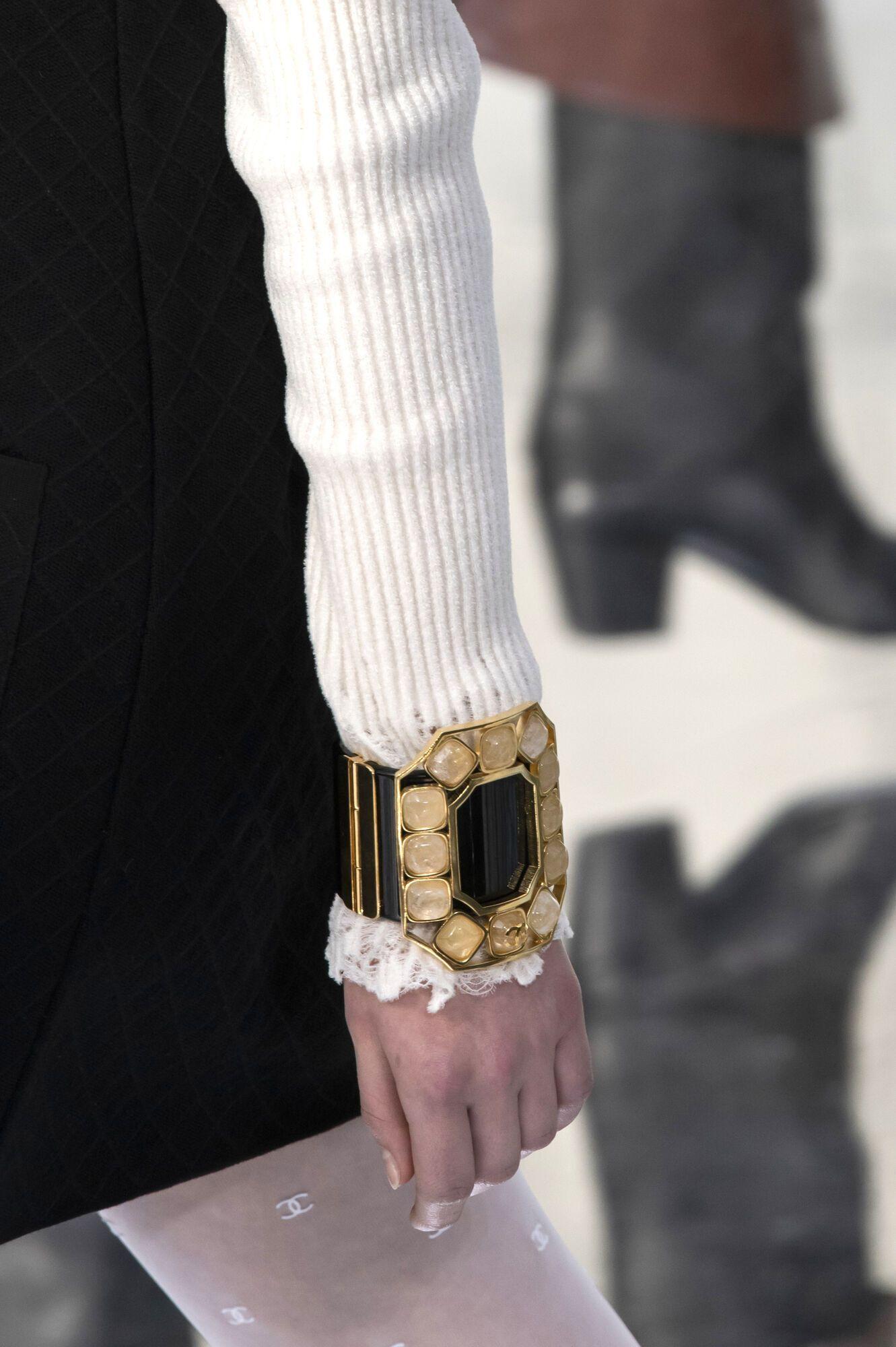 Массивный браслет поверх рукава