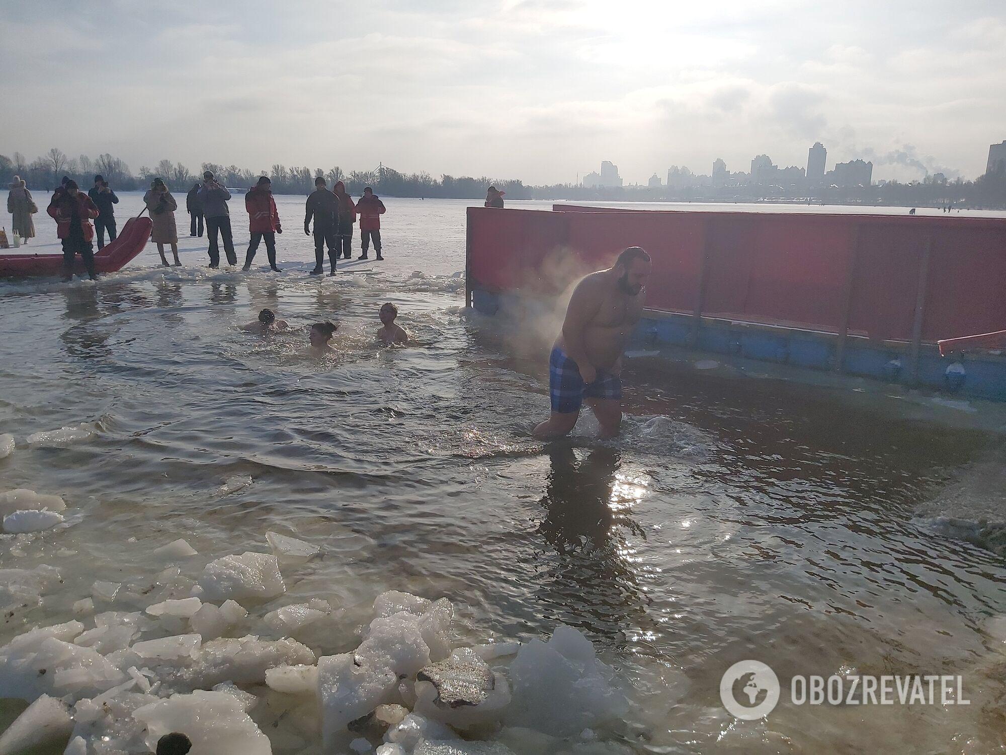 Люди окунаются в воду.