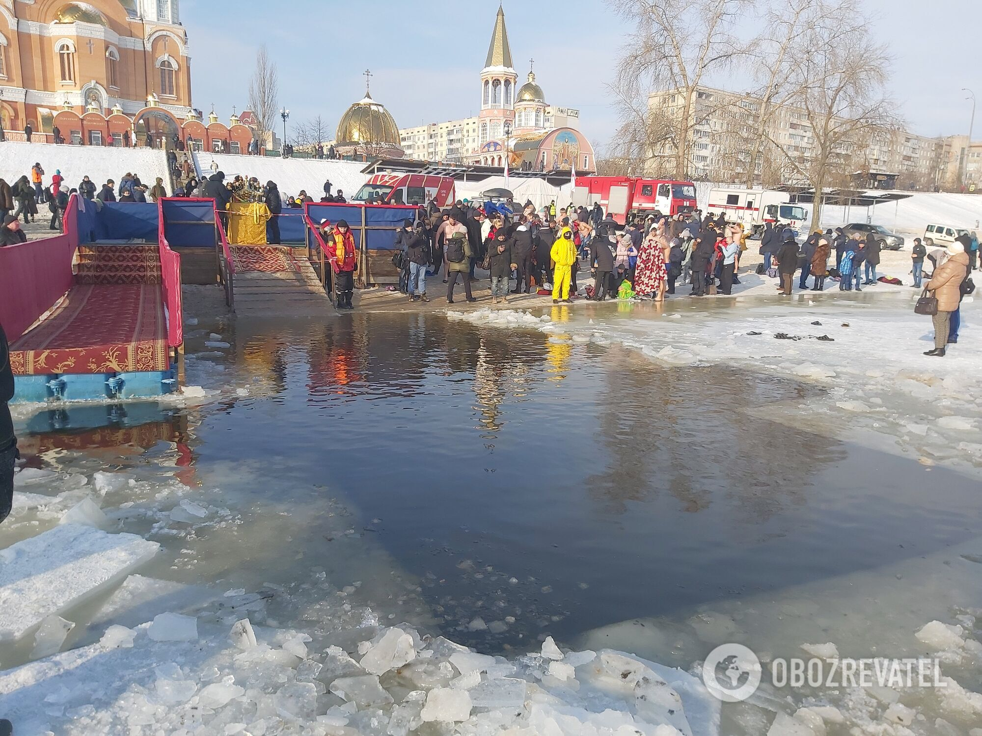 Сотни киевлян пришли окунуться в прорубь.