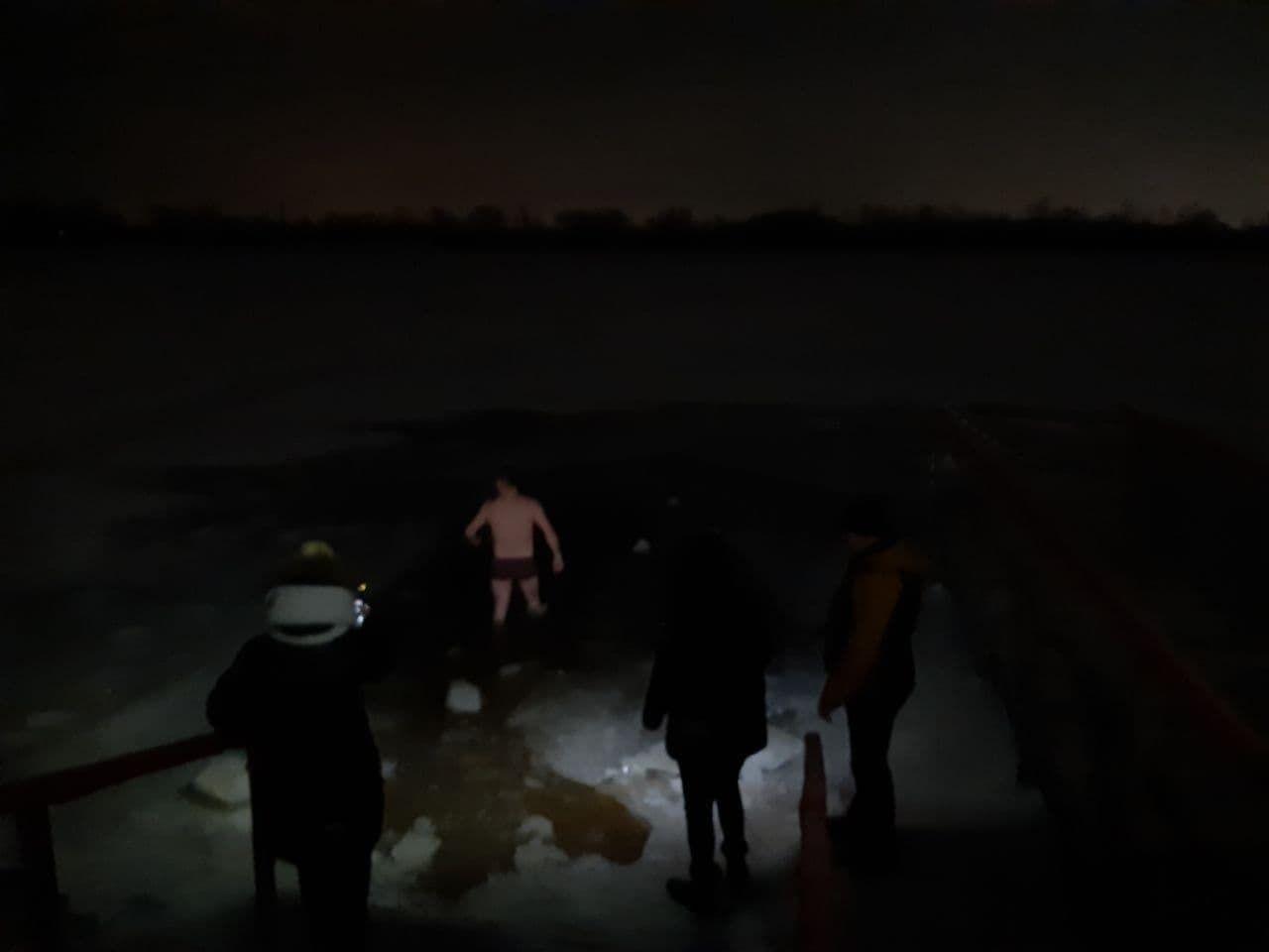 В Киеве окунались в прорубь перед праздником Крещения