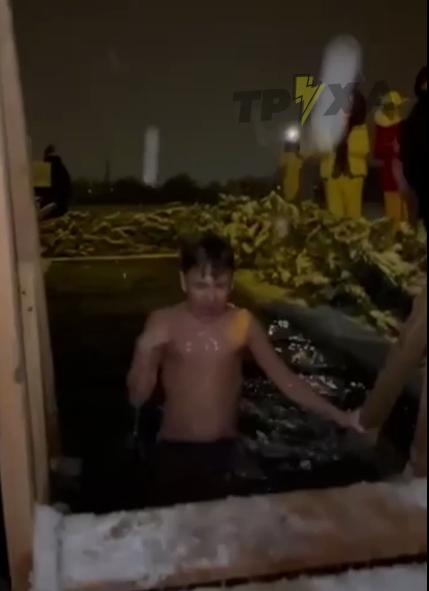 Ребенок окунается в воду в Харькове