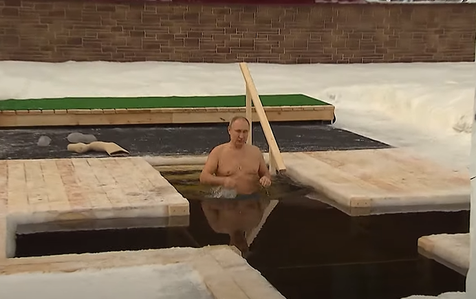Путин окунулся в проруби