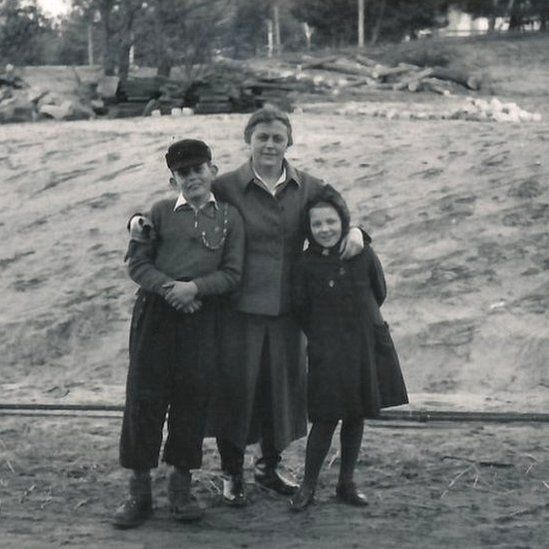 Надзирательница Иоганна Лангефельд с детьми коллеги