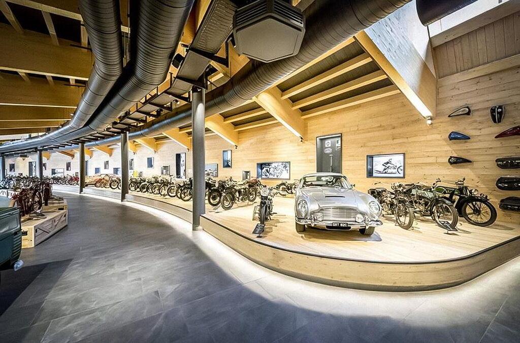 """Крім мотоциклів, у колекції було кілька автомобілів, зокрема й Aston Martin """"Джеймса Бонда"""""""