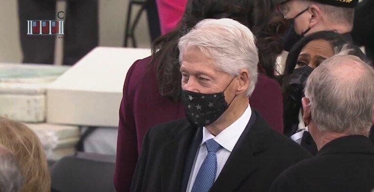 На церемонию прибыл Клинтон.
