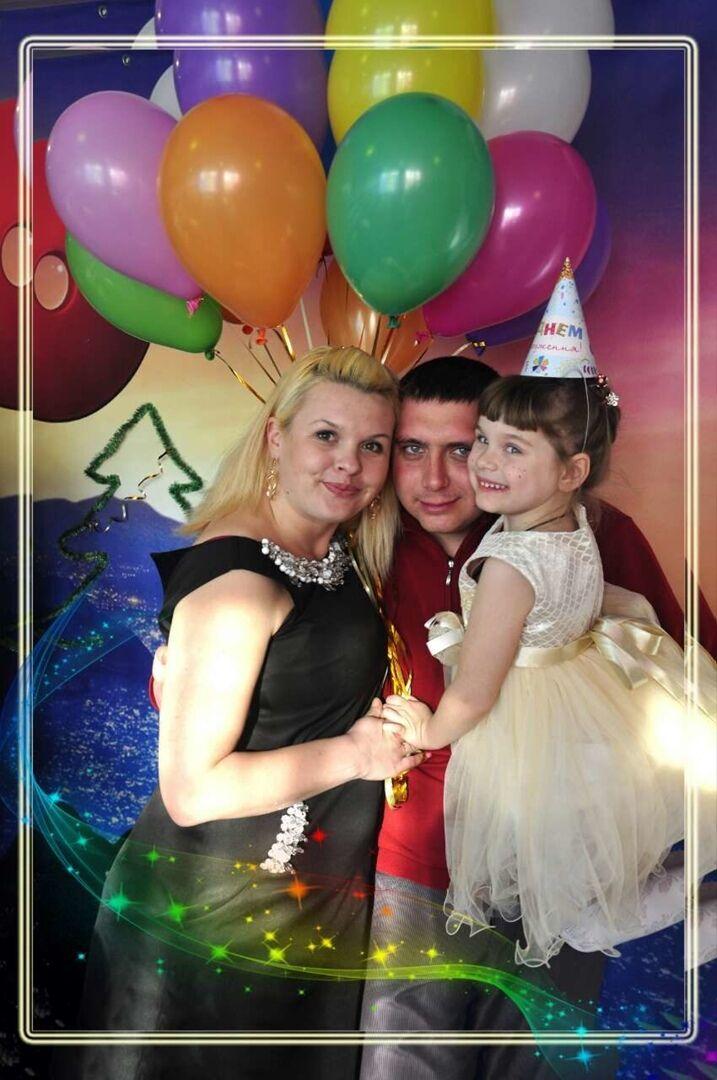 Рустам із дружиною й донькою