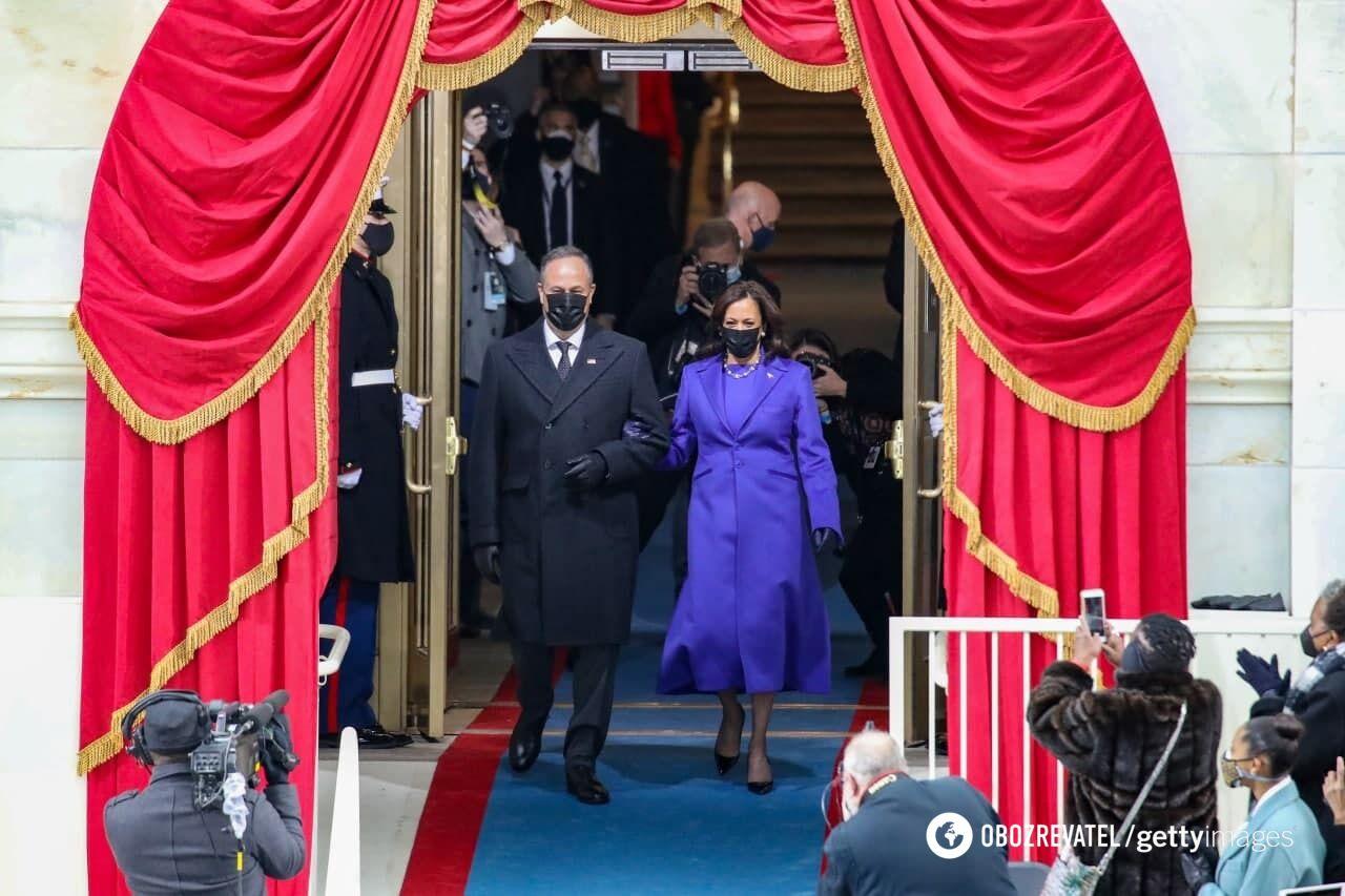 Гарріс постала у фіолетовому образі на публіці