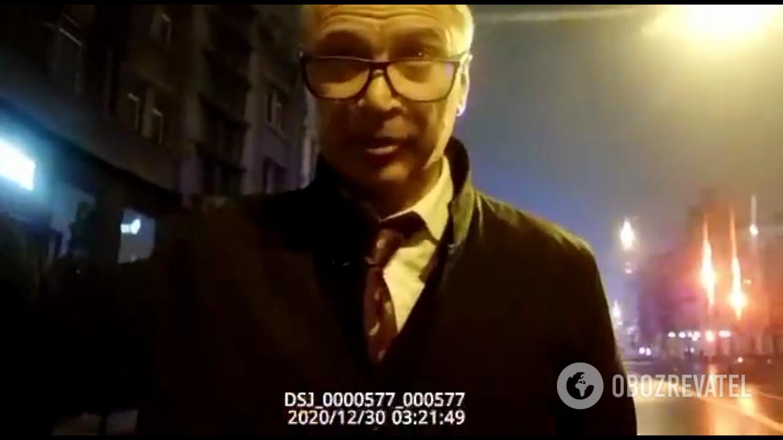 Заместитель Уруского общается с полицейскими