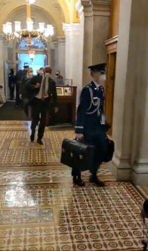 """""""Ядерный чемоданчик"""" уже в Капитолии."""