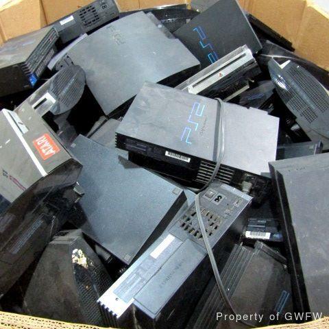 Коробка со старыми PlayStation