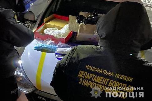 Одну зі зловмисниць поліцейські затримали, коли вона отримала посилку