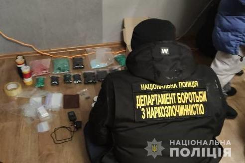 Правоохоронці провели обшук у квартирі, яку дилерки організували під фасувальний цех