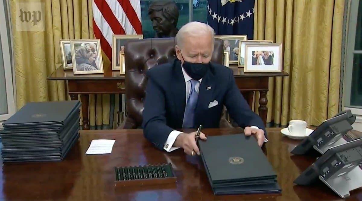 Президент США зі стопкою документів
