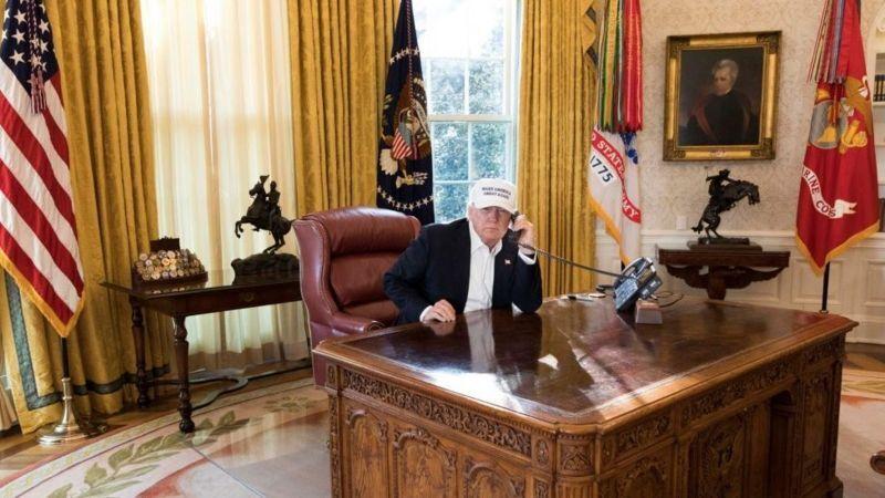 Дональд Трамп в Овальному кабінеті.