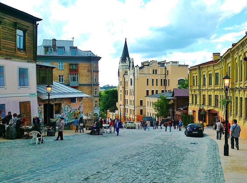 Андреевский спуск мог сравниться с кварталом Красных фонарей .