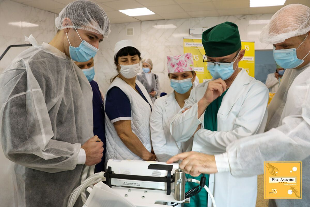 Фонд Рината Ахметова передал украинским врачам более 1000 единиц лабораторного и медоборудования
