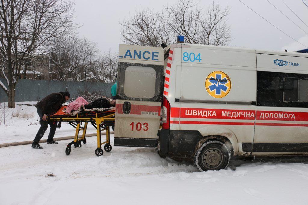 Швидка відвезла одного з тих, що вижили, до лікарні