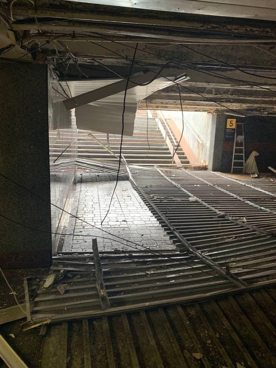 В переходе обрушилась конструкция подвесного потолка.