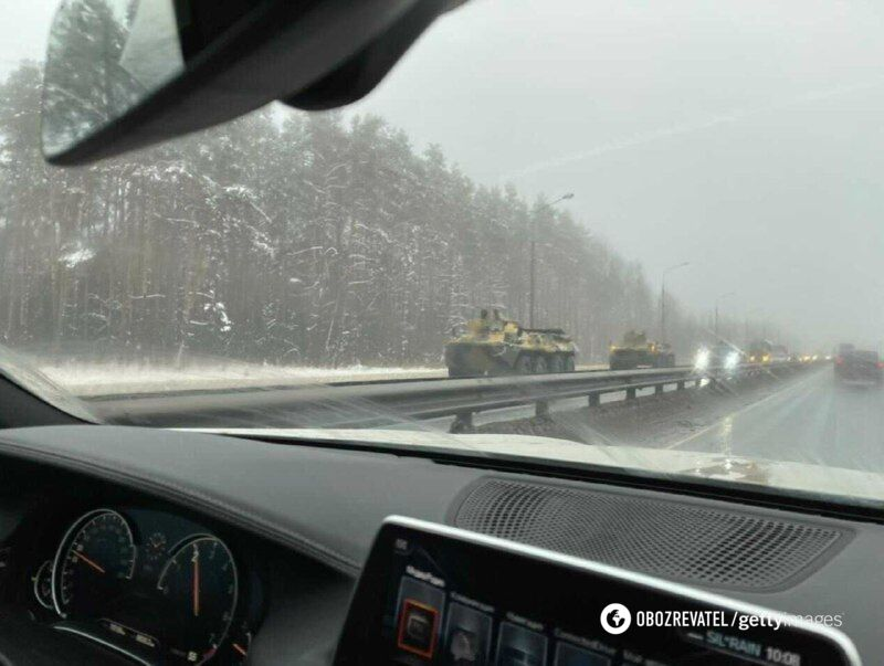 Колона бронетехніки їде в сторону Росії