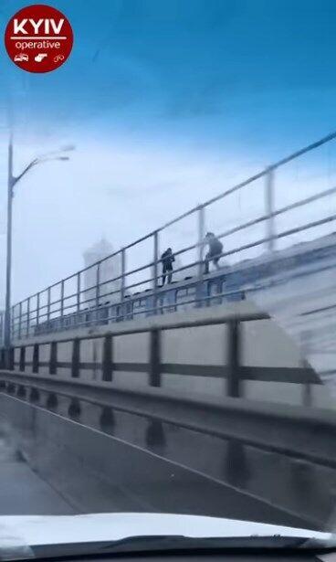 Парни ходили по вагону движущегося поезда метро.