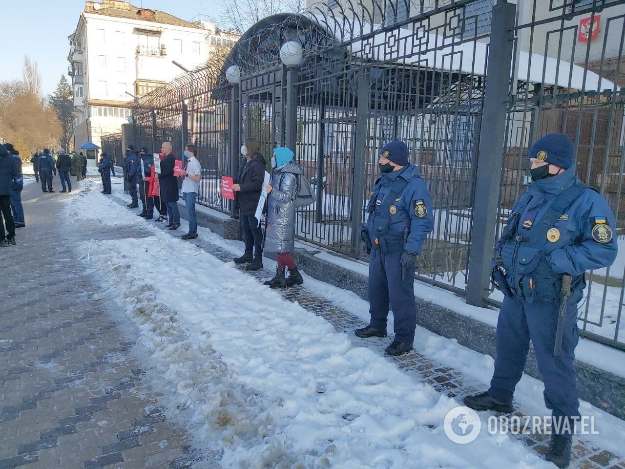 Порядок возле посольства охраняли сотрудники полиции и Нацгвардии