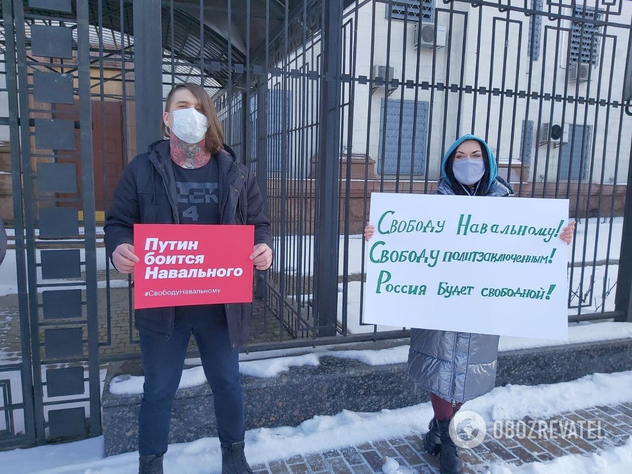 """Активисты держали плакаты """"Хватит врать"""", """"Свободу Навальному"""", """"Путин боится Навального"""""""