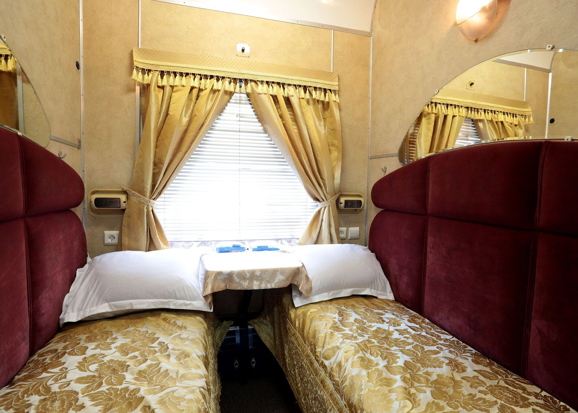"""З душем, плазмою і великими ліжками: як виглядають елітні вагони """"Укрзалізниці"""". Фото"""