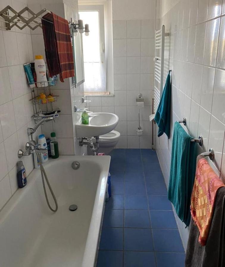 В квартире три комнаты, кухня и ванная