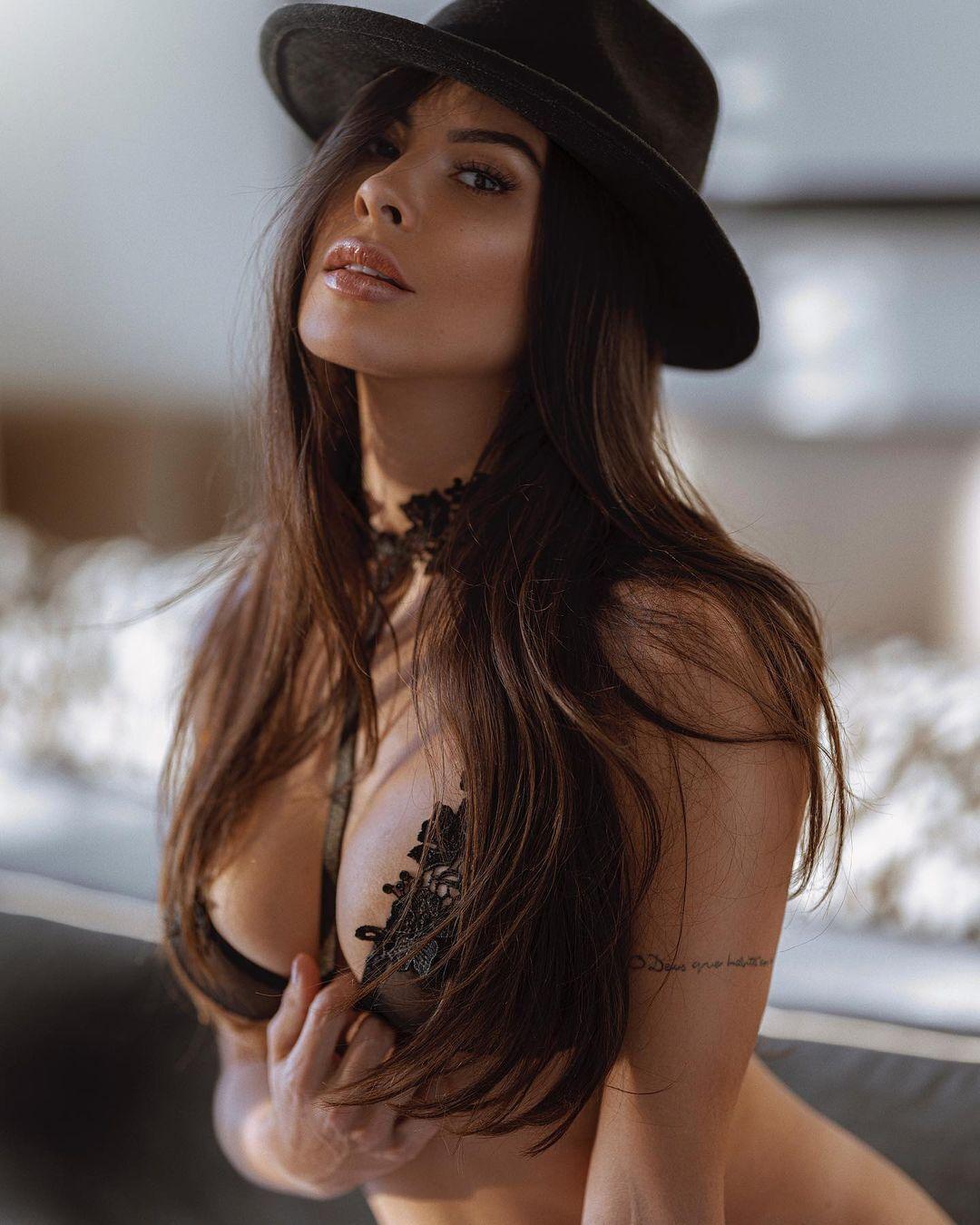 Каміла Олівейра в капелюсі і бюстгальтері