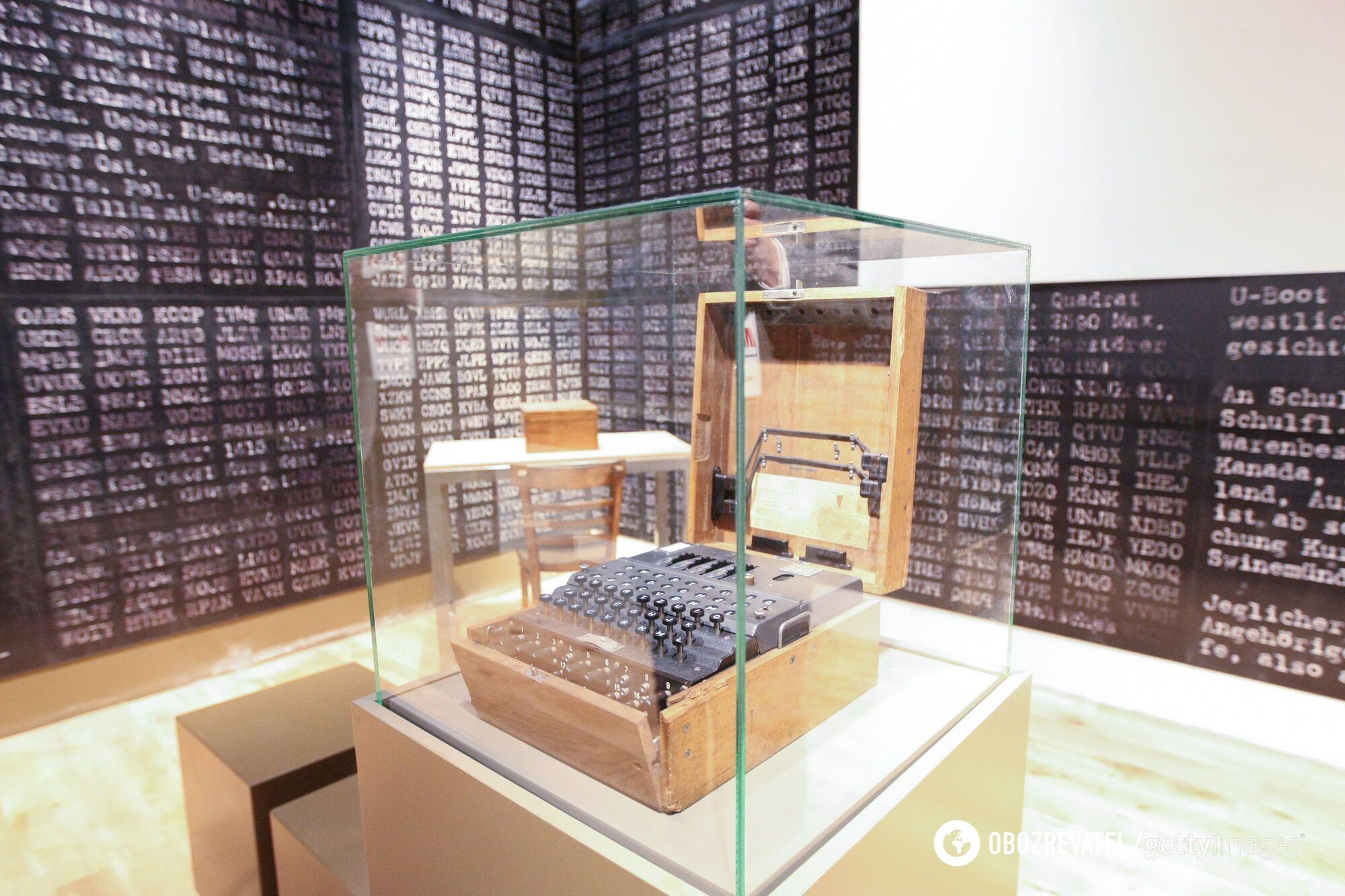 Шифровальная машина Enigma в музее Второй мировой войны в Гданьске, Польша