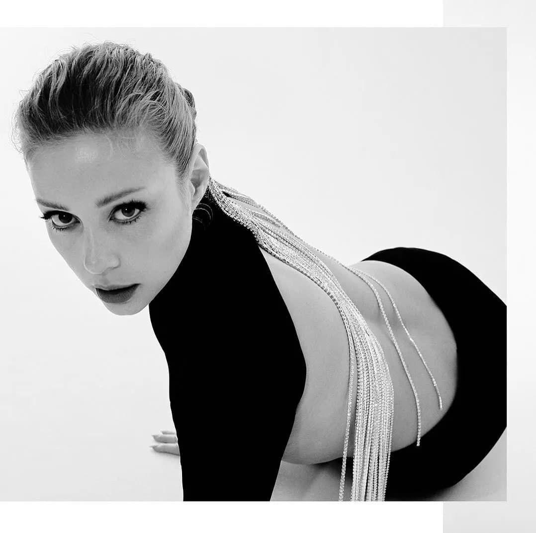 Кароль позировала в обтягивающем черном платье с открытой спиной