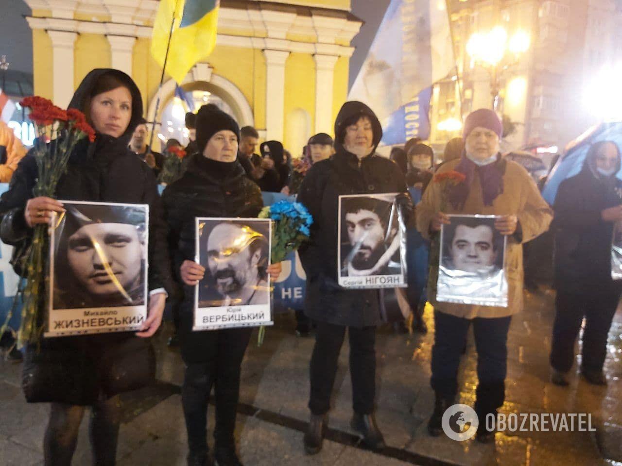 Украинцы с фотографиями погибших