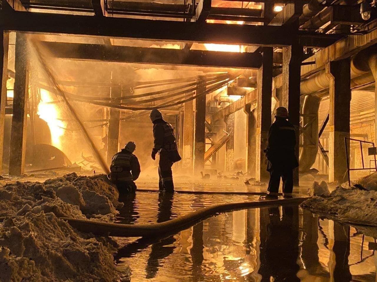 Рятувальники всередині будівлі