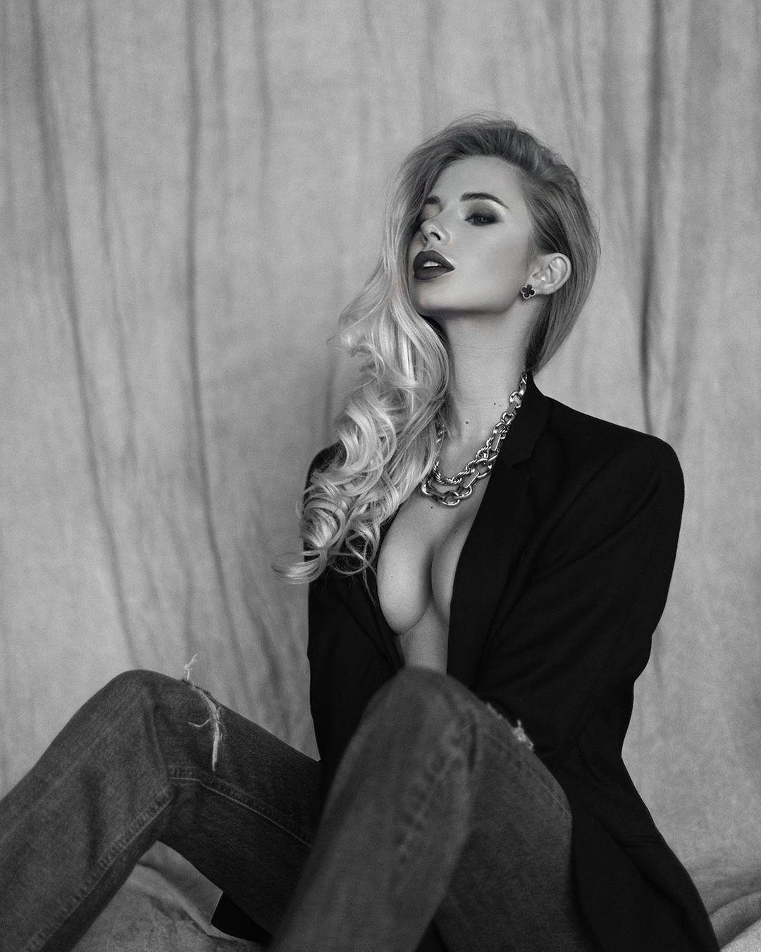 Даша Савина снялась в черно-белой фотосессии